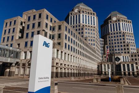 Cincinnati - Circa febrero de 2019: Sede corporativa de Procter & Gamble con bandera estadounidense. P&G es una empresa multinacional de bienes de consumo V Editorial