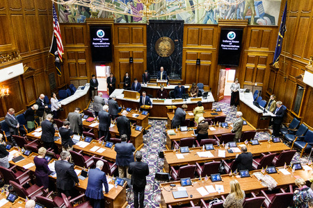 Indianápolis - Alrededor de enero de 2019: la Cámara de Representantes del Estado de Indiana en sesión dando el Juramento a la Bandera II Editorial