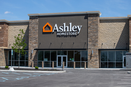 Whitestown - Circa May 2019: Ashley Furniture Homestore Retail Location. Ashley Homestore is the largest home furniture retailer in North America II 新聞圖片