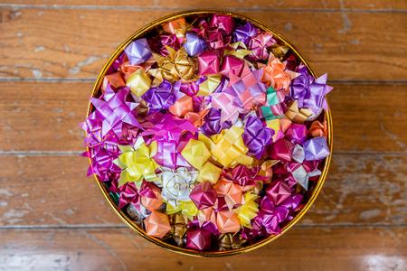 limosna: conjunto de monedas en el uso de la cinta plegada para dar limosnas por la dispersi�n en la ceremonia de ordenaci�n Foto de archivo