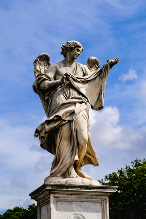 Angel with Holy Shroud, marble sculpture from the Sant'Angelo Bridge in Rome, Italy Imagens - 118879005