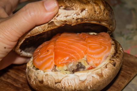 Hamburger portobello mushrooms made with meat and dressed with salmon.