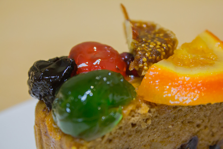 Cake topped with many fruit, it is sweet food.