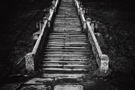 Image noir et blanc d'un vieil escalier de l'église