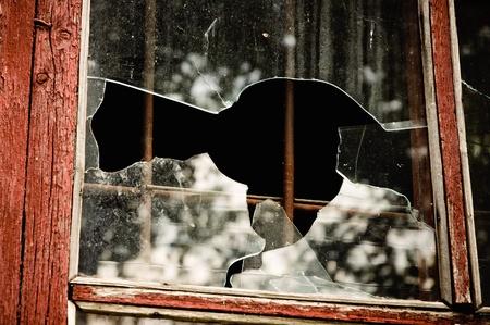 ventana rota: Piezas de una ventana rota. Foto de detalle