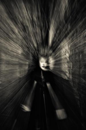 жуткий: Портрет призрак девушки