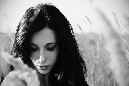 boca cerrada: Retrato de detalle de la hermosa joven en el campo. Foto blanco y negro Foto de archivo