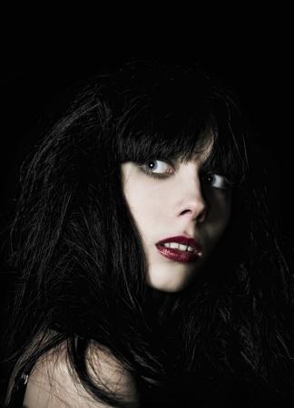 暗闇の中の美しい怖がってゴス少女のクローズ アップの肖像画