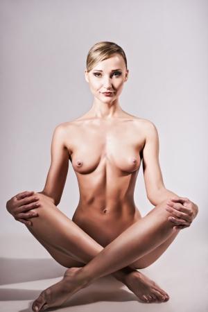 tetas: Tiro desnudo de una mujer desnuda sexy sentado en pose de yoga Foto de archivo