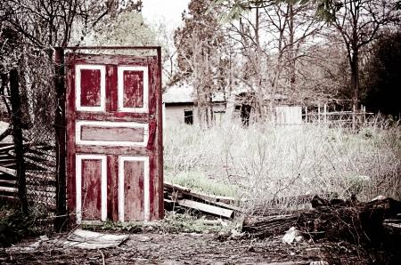 遺跡の中で奇妙な古いドア立って 写真素材