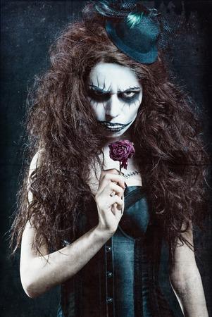 枯れた花のゴシック フリーク ピエロのイメージの女性。グランジ テクスチャ効果
