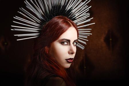 pokrývka hlavy: Detailním portrét roztomilé gothic dívka, která nosí špičatý pokrývky hlavy