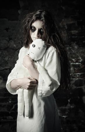 ホラー ショット: moppet 人形の手の中で悲しいの奇妙な少女