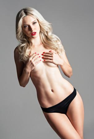 junge nackte m�dchen: Studio Portrait einer sexy sch�ne junge Frau