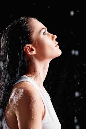 perfil de mujer rostro: Retrato de mujer joven y bella en un estudio del agua. Vista de perfil Foto de archivo