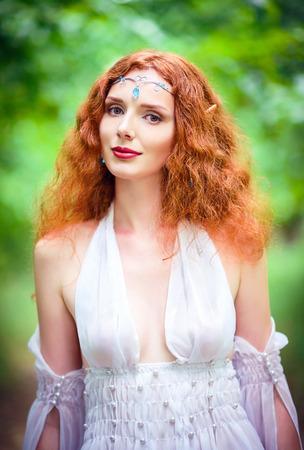 美しい赤い髪のエルフの女性のポートレート、クローズ アップ