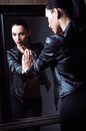 아름 다운 젊은 여자의 초상화는 거울을보고