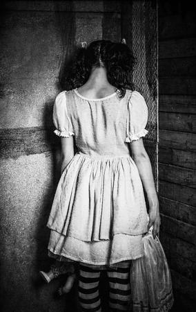 壁に奇妙な少女の略。リアビュー。グランジ テクスチャ効果