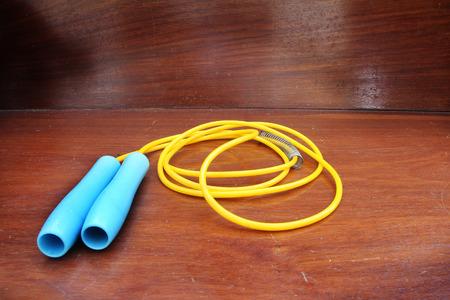 saltar la cuerda: saltar la cuerda en un piso de madera Foto de archivo