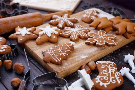 Weihnachtsbäckerei. Hausgemachte Lebkuchenplätzchen verziert mit ic