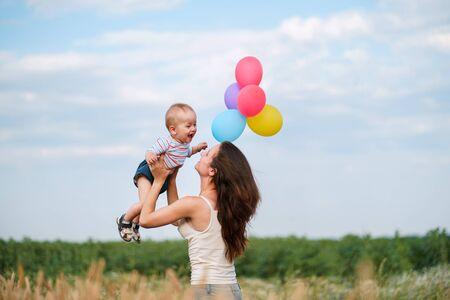 Mutter und Kleinkindsohn spielen im Freien