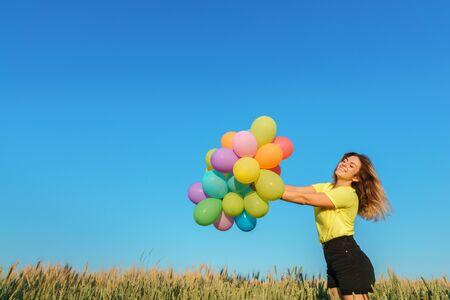 Mujer activa divirtiéndose en las vacaciones de verano