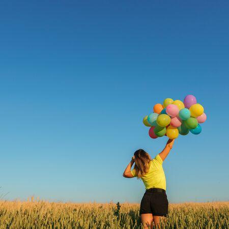 Femme active s'amusant en vacances d'été