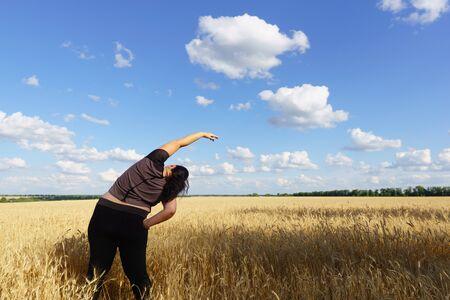 Jonge vrouw doet yoga-oefeningen in de open lucht