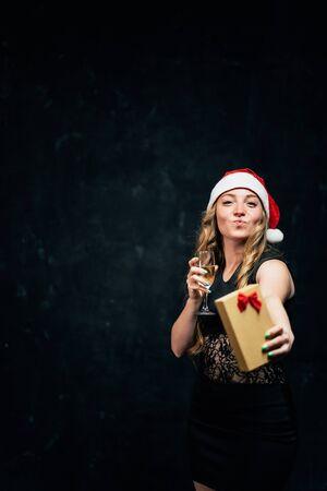 Woman drinking champagne celebrating New Year 版權商用圖片 - 129786139