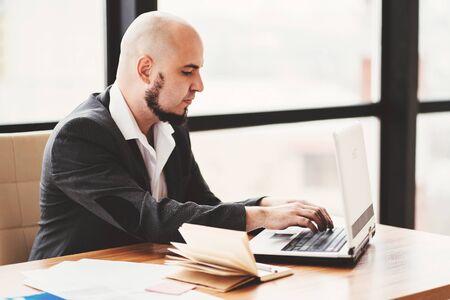 Uomo d'affari che supporta il cliente online Archivio Fotografico