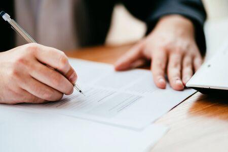 Document de remplissage d'homme d'affaires, contrat de signature