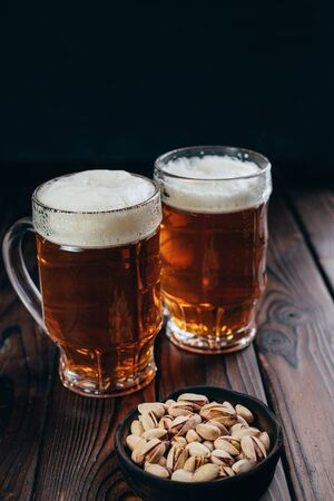 beer and snacks. craft lager and pistachios Foto de archivo
