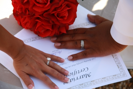 anillo de matrimonio: manos que muestran el anillo de bodas Editorial