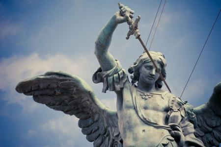 escultura romana: Detalle de la estatua de San Miguel en la parte superior del Castel Sant `Angelo en Roma