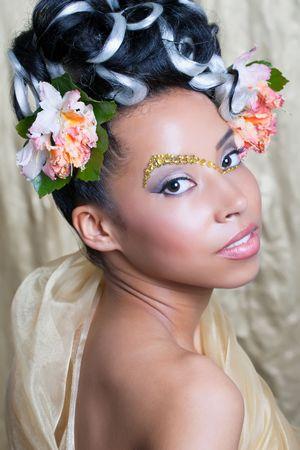 fantasy makeup: Retrato de una hermosa joven con maquillaje de fantasía y Peinado rizado