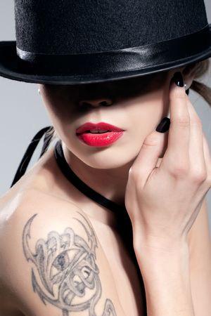 회색에 고립 된 검은 모자를 쓰고 섹시한 여자의 아름다움 샷 스톡 콘텐츠