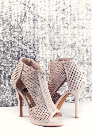 Par de zapatos de mujer sobre fondo brillante  Foto de archivo