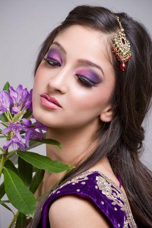 젊은 인도 신부와 아름다운 화장
