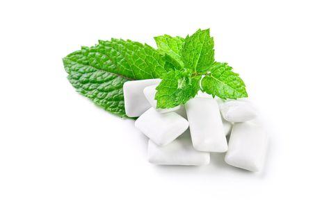 噛むガムと新鮮なミントの葉、白で隔離されます。