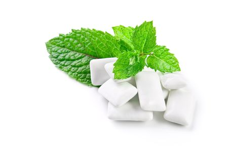 goma de mascar: Mascar chicle y hojas de menta fresca, aislados en blanco