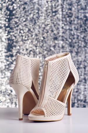 반짝 이는 배경에 여성의 하이힐 신발 한 켤레