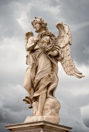 escultura romana: �ngel con la estatua de Bernini corona de espinas sobre el Ponte Sant'Angelo