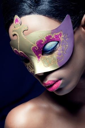 femme masqu�e: Portrait de beaut� Gros plan d'un masque de jeune femme noire portant