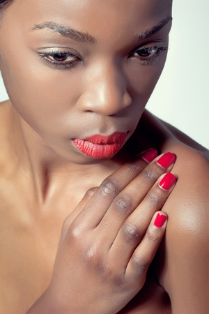 matching: Closeup tiro de una mujer joven con maquillaje natural, labios rojos y manicura coincidente