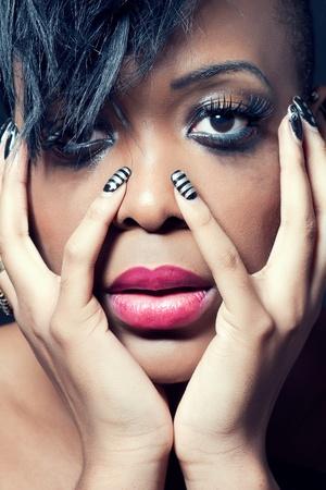 larmes: Belle jeune femme avec dark maquillage, gros plan tourn�