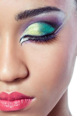 다채로운 메이크업으로 아름 다운 젊은 여자의 얼굴의 근접 촬영 총