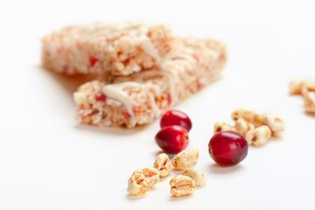 barra de cereal: Barritas de cereales con trigo inflado y los arándanos, disparó de cerca, se centran en copos de trigo
