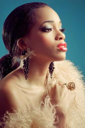labios sexy: Hermosa mujer joven negro con maquillaje de ojos oscuros y labios rojos, mirada clásica de estilo retro, tiro de cerca