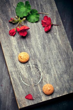 prin: Tabla de madera con prin de la taza de café, con flores de geranio tradicionales para Italia Foto de archivo