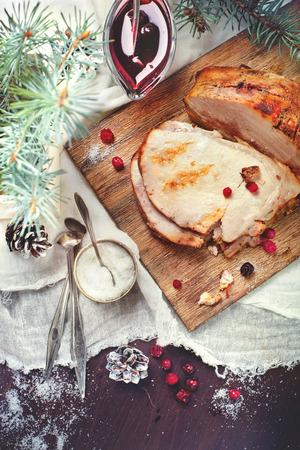 comida de navidad: Cerdo asado hecho en casa para la cena de Navidad, con condimentos y decoraciones
